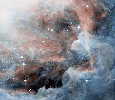 cima - uma visão em close de uma pequena parte da nebulosa Orion (centrada em RA=05h34m10s Dec=-05°40'). Esta imagem tem 7,5 anos-luz de extensão. O sistema solar inteiro pode ser colocado 20 milhões de vezes nesta área.