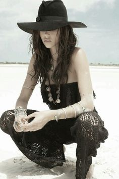 Black crochet outfit in hippie gypsy boho bohemian style. Hippie Style, Hippie Bohemian, Gypsy Style, Boho Gypsy, Hippie Chic, Bohemian Style, Boho Chic, Moda Boho, Moda Hippie