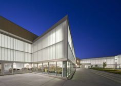 Image 5 of 9 from gallery of Metea Valley High School / DLR Group. Photograph by James Steinkamp Mediterranean Architecture, Tropical Architecture, Facade Architecture, School Architecture, Amazing Architecture, City And Islington College, Retail Facade, Best Architects, School District
