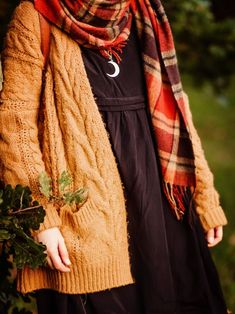 Outfit: Witchy ways - black dress with a chunky knit burnt orange cardigan and leather boots Source by - Street Style Vintage, Vintage Mode, Hipster Grunge, Grunge Goth, Pretty Outfits, Fall Outfits, Cute Outfits, Halloween Outfits, Diy Halloween