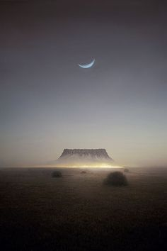 This is quite a night view somewhere in Arizona /// #travel #wanderlust #moon