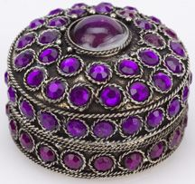 I love purple and I love little trinket boxes! Heaven!-.-