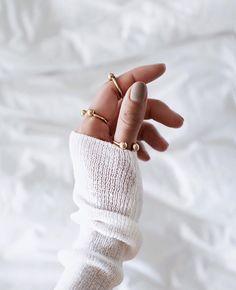 New jewerly photoshoot minimal style fashion Ideas Dainty Jewelry, Statement Jewelry, Earring Storage, Fotografia Macro, Jewelry Tattoo, Minimal Jewelry, Minimal Fashion, Minimal Style, Ring Bracelet