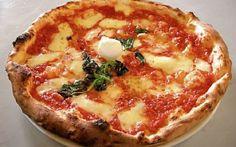 """La pizza napoletana, orgoglio italiano! La pizza napoletana rappresenterà nel mondo il prodotto """"made in Italy"""".Orgoglio italiano, è candidata a ricevere il riconoscimento, da parte dell'Unesco, di Patrimonio dell'Umanità. #pizza_napoletana #pizza #unesco #napoli"""