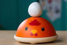 Chicken Nesting — Un jeu d'empilement constitué de 3 têtes de poules colorées, et d'un joli œuf blanc cassé. #ChickenNesting #PlanToys #JouetsEnBois