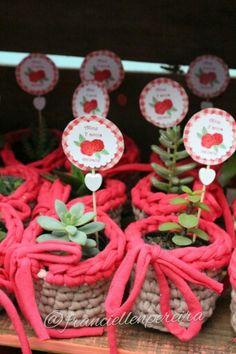 Lembrancinhas suculentas no cachepot de crochê.  Festa Picnic da Alice