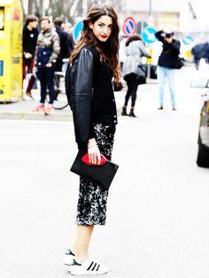 Schmal geschnittene Röcke passen super so Adidas Sneakern und Bomberjacke.