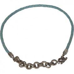 Diese Kurzkette aus Leder in Taubenblau mit gedrehter Sterlingsilber-Ringkette ist ein prächtiges Schmuckstück vom Kultlabel Gem Kingdom. Mit viel Leidenschaft und Kreativität aus hochwertigen Materialien handgefertigt.