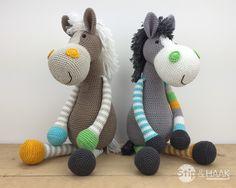 """Jaaa, eindelijk heb ik weer eens een """"grote"""" knuffel ontworpen!     Een paard moest het worden,   deze ontbrak nog in de ondertus..."""