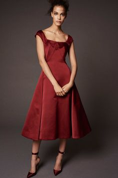Zac Posen Pre-Fall 2018 collection, runway looks, beauty, models, and reviews.