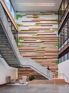 officesnapshots Three-story wood and moss wall at Simple Headquarters in Portland Office Wall Design, Feature Wall Design, Modern Office Design, Office Walls, Office Interior Design, Wood Feature Walls, Office Designs, Corporate Interiors, Office Interiors