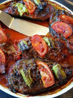 Karniyarik är en underbar turkisk rätt. Aubergine som fylls med en god köttfärssås som sedan bakas i ugnen med en tomatsås. Så gott!