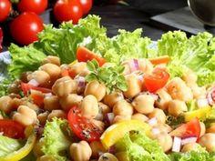 Sałatka z cieciorką - przepyszna i przezdrowa, dlatego polecamy ją nie tylko od święta. Cieciorka jest jednym z najzdrowszych warzyw strączkowych: zawiera mnóstwo białka, witamin i minerałów, wzmacnia organizm oraz wpływa korzystnie na stan włosów, skóry i paznokci... Salmon Y Aguacate, Side Salad, Cobb Salad, Potato Salad, Good Food, Health Fitness, Food And Drink, Menu, Healthy Recipes