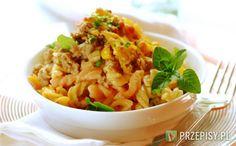 W garnku połącz mleko z wodą i margaryną. Dodaj zawartość opakowania Nudle Knorr, makaron oraz przyprawy. Całość zagotuj. Na patelni podsmaż posiekaną cebulę i czosnek.  Jak zrobią się rumiane dodaj mielone mięso i smaż całość aż większość płynu odparuje.  Dodaj odcedzoną kukurydzę i kontynuuj smażenie. Przełóż makaron wraz z sosem do naczynia żaroodpornego.  Na wierzchu nałóż usmażone mięso. Całość zasyp dokładnie tartym serem. Piecz w temperaturze 180 stopni przez 20-25 minut. Podawaj ...