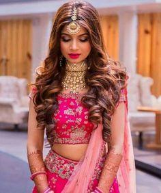 Wedding Reception Hairstyles Trending In Indian Weddings- Hairstyles For Wedding Guests Indian Lehenga Hairstyles, Indian Wedding Hairstyles, Indian Bride Hair, Open Hairstyles, Bride Hairstyles, Hairstyles For Dresses, Simple Hairstyles, Natural Hairstyles, Wedding Reception Hairstyles