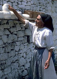 H γυναίκα αποτελεί στο νησί της Καρπάθου το στυλοβάτη κάθε οικογένειας. Οι άντρες, τα παλαιότερα χρόνια, αναζητούσαν δουλειά στην ξενιτιά και οι γυναίκες έμεναν πίσω, αναλαμβάνοντας όλα τα καθήκοντα: Να καλλιεργούν τα χωράφια, να δουλεύουν στους μύλους, να υφαίνουν, να κρατούν το σπίτι και να μεγαλώνουν τα παιδιά. Γι' αυτό και οι γυναίκες της Ολύμπου, με τις μεγαλύτερες σε ηλικία να φορούν καθημερινά την τοπική τους ενδυμασία, ξεχωρίζουν για τη λεβεντιά και την υπερηφάνειά τους, ενώ ο… Zorba The Greek, Karpathos Greece, Greek Girl, Greece Travel, Greek Islands, Athens, Places To Travel, Face, People
