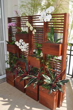 Jardim vertical : Балкон и терраса в стиле модерн от A Varanda Floricultura e Paisagismo