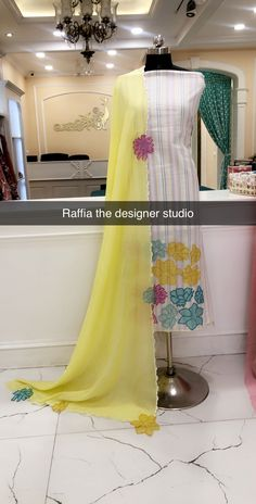 Designer Punjabi Suits Patiala, Latest Punjabi Suits, Punjabi Suits Designer Boutique, Punjabi Suits Party Wear, Boutique Suits, Simple Indian Suits, Punjabi Suit Simple, Simple Embroidery Designs, Embroidery Suits Design
