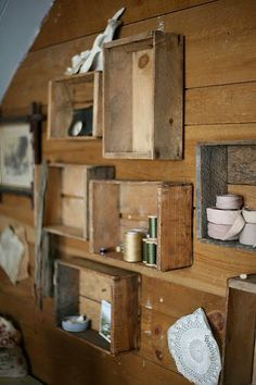 tree house Shelves made from crates turned on end. Would be cute in living room or bathroom. Pallet Crates, Wooden Crates, Wooden Shelves, Crate Shelves, Rustic Shelving, Home Design, Design Design, Unique Shelves, Cheap Shelves