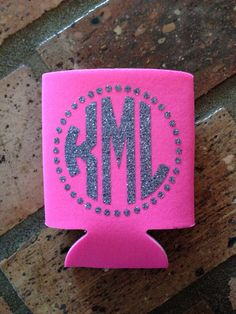 Glitter koozie personalized with initials. I'd love this for my birthday! Silhouette Vinyl, Silhouette Cameo Projects, Vinyl Crafts, Vinyl Projects, Vinyl Monogram, Monogram Stickers, Monogram Keychain, Monogram Gifts, Fru Fru
