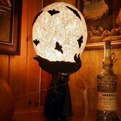 Keramiikka lamppu, pallo on tehty paperinarusta, sisällä valoköynnös. Koristeltu halloweeniksi kartonki lepakoilla.