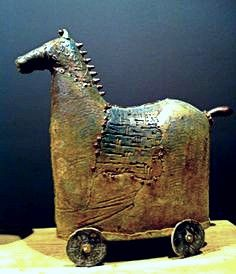 Abstract horse sculpture, almost mistaken for work from ancient times. Ceramic Pottery, Pottery Art, Ceramic Art, Slab Pottery, Thrown Pottery, Pottery Studio, Ceramic Bowls, Horse Sculpture, Sculpture Clay