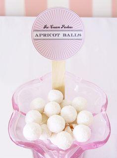 L'étiquette scotchée ou bien collée sur un pot en verre (une bonbonnière) pour personnaliser le bar a bonbons: c'est hyper original! le problème, c'est que lorsque l'on souh…