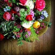 Les Mauvaises Herbes. #flowers #springiscoming #flowershop #bordeaux #chartrons #fullcolors #lesmauvaisesherbes #fleuristebordeaux Bouquet: renoncules/thlaspi/eucalyptus/rose/wax/jacinthe