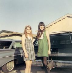 Love these two vintage 1970s dresses! Especially the green one on the right. Sooo cute :)