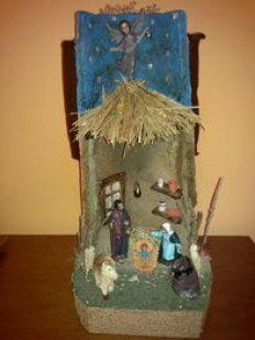 Tejas navideñas | Aprender manualidades es facilisimo.com Ceramic Christmas Decorations, Christmas Ornaments, Holiday Decor, Ladder Decor, Nativity, Xmas, Bird, Outdoor Decor, Crafts