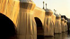 """Du 22 septembre au 7 octobre 1985, le Pont-Neuf fut emballé par Christo, nom d'un couple d'artistes célèbre pour avoir """" empaqueté """" nombre d'objets et monuments à  travers le monde. Plus de 40 000 m² de toiles furent nécessaires pour réaliser ce projet longtemps controversé et qui nécessita aux artistes plus de 10 ans de négociations."""
