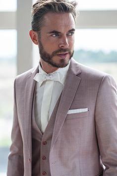 Prachtig oud roze trouwpak, gecombineerd met een bijpassende gilet en witte strik.