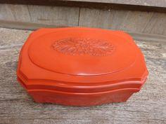 """קופסה נפלאה בצבע כתום,עשויה פלסטיק מתוקה לאחסון תכשיטים או כל דבר אחר מצבה מצויין אורך: 14.5 ס""""מ רוחב: 10 ס""""מ עומק:6.5 ס""""מ"""
