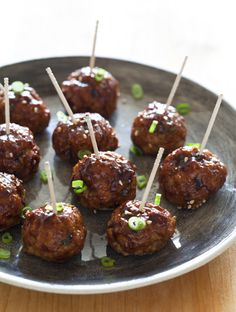 Korean-Style Cocktail Meatballs with a Sweet and Spicy Gochujang Glaze… A really delicious appetizer recipe for Korean-Style Cocktail Meatballs. We made a sweet and spicy Gochujang Galze to brush on top! One Bite Appetizers, Wedding Appetizers, Appetizer Recipes, Bacon Appetizers, Meatball Appetizers, Gourmet Appetizers, Meatball Recipes, Recipes Dinner, Bolo Do Mario