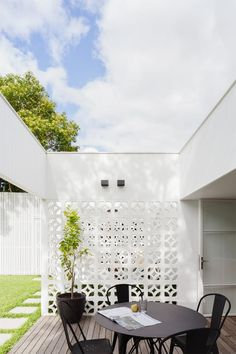 Sydney-based Architect Prineas has redesigned Breeze Block House turning it into a modern and open house. The Breeze Block House was . Style At Home, Outdoor Rooms, Outdoor Living, Indoor Outdoor, Outdoor Ideas, Block House, Breeze Block Wall, Inspiration Wand, Building Raised Garden Beds