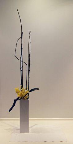 Abstract freestyle, straight lines. Arrangements Ikebana, Creative Flower Arrangements, Ikebana Flower Arrangement, Beautiful Flower Arrangements, Floral Arrangements, Beautiful Flowers, Exotic Flowers, Purple Flowers, Ranunculus Flowers