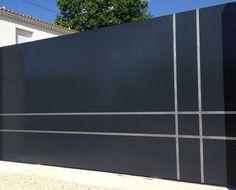 Voici l'une de nos dernières réalisations, le portail coulissant gris anthracite Casa del Fons, un modèle haut de gamme. Ce portail est aussi imposant : il affiche une taille de4300 …
