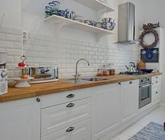 de blanco estilo nórdico con toques exóticos y vintage Condo Kitchen, Kitchen Corner, Kitchen Interior, Kitchen Remodel, Kitchen Decor, Brick Backsplash White Cabinets, Building Kitchen Cabinets, White Wood Kitchens, Moraira