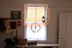 I love this string of light at the windows, so cozy ! Photo by Junkaholique