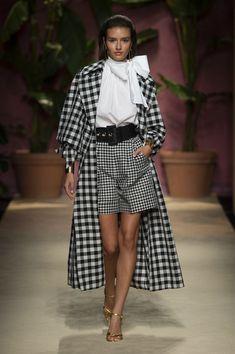 Apr 2020 - Luisa Spagnoli at Milan Fashion Week Spring 2020 - Runway Photos 2020 Fashion Trends, Spring Fashion Trends, Fashion 2020, Look Fashion, New Fashion, Runway Fashion, Fashion Clothes, High Fashion, Winter Fashion