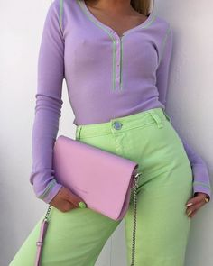 Spring outfit | Summer outfit | Pastel outfit | Green trousers | Green pants | Green jeans | Lila top | Pink bag | Green nailpolish | Green nails | Roze tas | Paarse top | Groene jeans | Groene broek | Pastelkleuren | Pastel nagels | Inspiration | More on Fashionchick