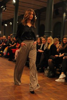 Marcel Ostertag: Lava Herbst/Winter 2015 - taupefarbene Marlenehose #AW15