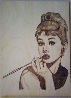 Audrey Hepburnről készült pirográfia A/4 méretű rétegelt nyírfalemezre. Audrey Hepburn, Edm, Female