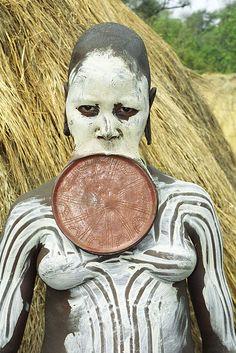 Mursi Woman, Ethiopia. I have to wonder, how does one even talk when they have to wear that disc in their mouth? A vaidade humana é muito estranha. Deve ter algum simbolismo. Mais!! Ela deve se achar bonita. Os padrões de beleza são relativos.