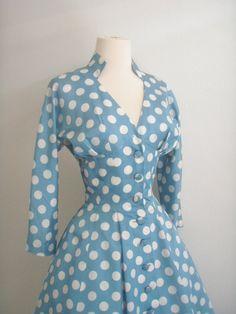 Wunderschöne Gigi Young New York Polka Dot Kleid  ausgestattet mit einer V-Hals-Linie mit vertikalen Nähten Mieder  Hochtouren-Rock  Kimono Stil Mieder mit Akzentuierung Büste Falten  stehenden Kragen  3/4 Ärmeln  Passenden Stoff Knöpfe dienen als Verschlüsse   Maße:   Achselhöhle: 34  Taille: 25  Länge: 48   Zustand: Sehr gut   Dieses Kleid definiert eine Ära. Eine fabelhafte Beispiel und Interpretation von Diors neuen Look. Dieses Kleid ist einfach schön! Es gibt einige schwache…