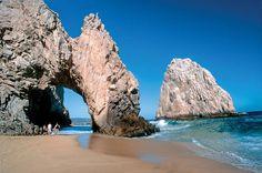 Penhascos e baías rochosas marcam a península de Baja California, no México