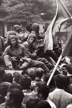 Praha 21. srpna 1968 - Vojáci na tanku (Zdroj: Národní archiv Praha)