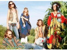 Anos 70: No início da década, os hippies foram uma grande influência, utilizando-se diversos acessórios e tecidos.
