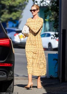 Rosie Huntington-Whiteley cuts a stylish figure in chic printed midi dress as she grabs coffee Rosie Huntington Whiteley Makeup, Rose Huntington, Casual Chique, Star Clothing, Classy Dress, Aesthetic Fashion, Queen, Mannequin, Portrait