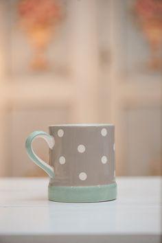 Aceasta cana din colectia Cream & Country este din ceramica de cea mai buna calitate. Se gaseste in doua variante de culoare: vernil cu buline si cafea cu lapte cu buline.